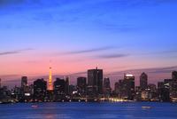 都心のビル群と東京タワーライトアップに夕焼け
