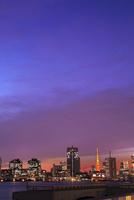 都心のビル群と東京タワー夕焼け