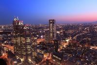 都庁よりビル群の夜景と夕焼け 11076028476| 写真素材・ストックフォト・画像・イラスト素材|アマナイメージズ