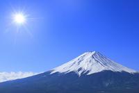 富士河口湖町より富士山と太陽に光芒 11076028487| 写真素材・ストックフォト・画像・イラスト素材|アマナイメージズ