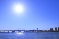 レインボーブリッジと太陽 11076028564| 写真素材・ストックフォト・画像・イラスト素材|アマナイメージズ