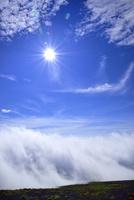 富士山稜線に雲海と太陽