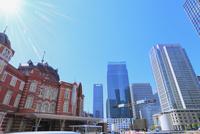東京駅と丸の内ビル群に光芒