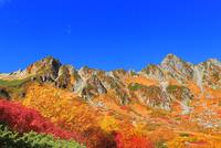紅葉の千畳敷カールより中央アルプス・宝剣岳を望む