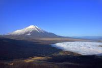 明神山より富士山と霧の山中湖
