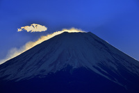 竜ヶ岳より富士山と彩雲 11076028972  写真素材・ストックフォト・画像・イラスト素材 アマナイメージズ