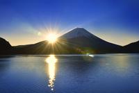 本栖湖と富士山に朝日 11076029003| 写真素材・ストックフォト・画像・イラスト素材|アマナイメージズ