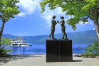 新緑の十和田湖と乙女の像に遊覧船