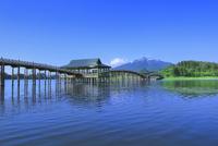 津軽富士見湖と岩木山に鶴の舞橋