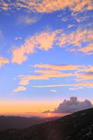 八幡平アスピーテラインより夕日と山並み
