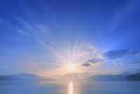 田沢湖の朝日と光芒 11076029212| 写真素材・ストックフォト・画像・イラスト素材|アマナイメージズ