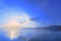 田沢湖の朝日 11076029213| 写真素材・ストックフォト・画像・イラスト素材|アマナイメージズ