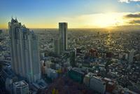 東京都庁展望室より新宿パークタワーと新国立劇場に夕日