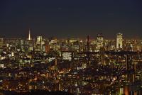 サンシャイン60展望室よりスカイツリーと東京の街並み夜景