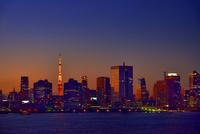 レインボーブリッジより夕暮れの東京湾にビル群