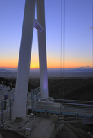 三島スカイウォークと沼津の夕日 11076030400| 写真素材・ストックフォト・画像・イラスト素材|アマナイメージズ