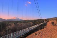 三島スカイウォークと富士山夕照 11076030408| 写真素材・ストックフォト・画像・イラスト素材|アマナイメージズ