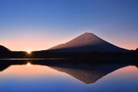元旦・朝焼けの精進湖と逆さ富士に朝日 11076030744| 写真素材・ストックフォト・画像・イラスト素材|アマナイメージズ