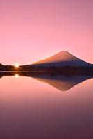 元旦・朝焼けの精進湖と逆さ富士に朝日