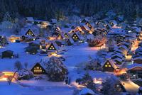 城山展望台より望む雪の白川郷夜景