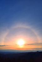 東京上空にかかる朝日の日暈 11076031244  写真素材・ストックフォト・画像・イラスト素材 アマナイメージズ