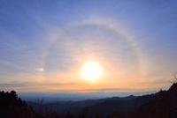 東京上空にかかる朝日の日暈と幻日 11076031245| 写真素材・ストックフォト・画像・イラスト素材|アマナイメージズ