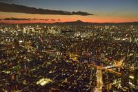 東京スカイツリーより夕照のビル群夜景と富士山に隅田川