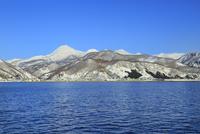 ネイチャークルーズ船より雪の知床連山と羅臼岳