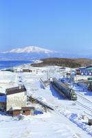 フレトイ展望台から望む流氷ノロッコ号と浜小清水駅に知床の山々