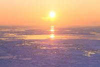 ウトロ見晴橋よりオホーツク海の流氷と夕日 11076031310| 写真素材・ストックフォト・画像・イラスト素材|アマナイメージズ