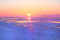 ウトロ見晴橋よりオホーツク海の流氷と夕日 11076031312| 写真素材・ストックフォト・画像・イラスト素材|アマナイメージズ