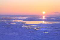 ウトロ見晴橋よりオホーツク海の流氷と夕日 11076031313| 写真素材・ストックフォト・画像・イラスト素材|アマナイメージズ
