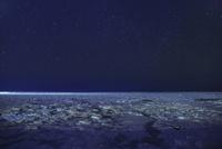 ウトロよりオホーツク海の流氷と夜景に星空