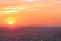 夕焼けの大阪と堺市街に夕日