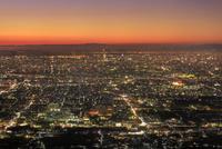 夕焼けのあべのハルカスと大阪・神戸市街 11076031339  写真素材・ストックフォト・画像・イラスト素材 アマナイメージズ