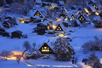 雪積る白川郷合掌造り集落の夜景
