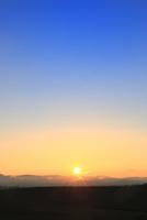 美瑛 夕日と山並み 11076031568| 写真素材・ストックフォト・画像・イラスト素材|アマナイメージズ