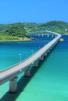 角島と角島大橋に海士ヶ瀬 11076031674| 写真素材・ストックフォト・画像・イラスト素材|アマナイメージズ