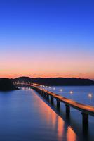 角島と角島大橋に海士ヶ瀬の夜景 11076031679| 写真素材・ストックフォト・画像・イラスト素材|アマナイメージズ