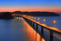 角島と角島大橋に海士ヶ瀬の夜景 11076031680| 写真素材・ストックフォト・画像・イラスト素材|アマナイメージズ