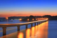 角島と角島大橋に海士ヶ瀬の夜景 11076031681| 写真素材・ストックフォト・画像・イラスト素材|アマナイメージズ