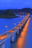 夜明けの角島と角島大橋に海士ヶ瀬 11076031690| 写真素材・ストックフォト・画像・イラスト素材|アマナイメージズ