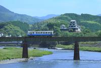 大洲城と肱川を渡る予讃線の列車
