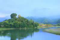新緑の大洲城に霧かかる山々と流れる肱川