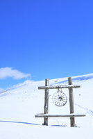 霧ケ峰高原 車山と雪原のモニュメント 11076031758| 写真素材・ストックフォト・画像・イラスト素材|アマナイメージズ