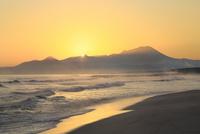 弓ヶ浜海岸のけあらしと朝焼けする大山に朝日 11076031882| 写真素材・ストックフォト・画像・イラスト素材|アマナイメージズ