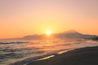 弓ヶ浜海岸のけあらしと朝焼けする大山に朝日 11076031883| 写真素材・ストックフォト・画像・イラスト素材|アマナイメージズ