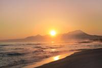 弓ヶ浜海岸のけあらしと朝焼けする大山に朝日