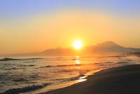弓ヶ浜海岸のけあらしと朝焼けする大山に朝日 11076031885| 写真素材・ストックフォト・画像・イラスト素材|アマナイメージズ