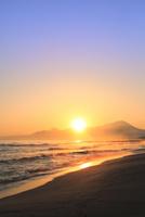 弓ヶ浜海岸のけあらしと朝焼けする大山に朝日 11076031886| 写真素材・ストックフォト・画像・イラスト素材|アマナイメージズ